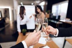 Młodzi ludzie w kostiumach są ubranym alkoholicznych napoje po biznesowego spotkania obrazy stock