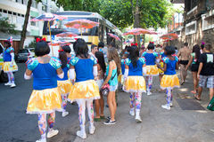 Młodzi ludzie w kostiumu ma zabawę na bezpłatnych osobach karnawałowych w Rio Zdjęcie Stock