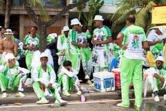 Młodzi ludzie w mundurze ma zabawę na bezpłatnych osobach karnawałowych w Rio Fotografia Stock