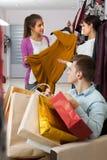 Młodzi ludzie w sklepie odzieżowym Zdjęcia Stock