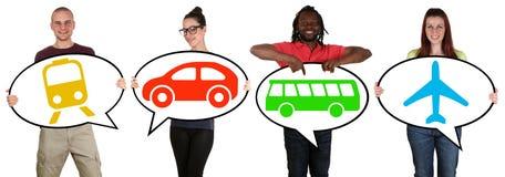 Młodzi ludzie wybiera przewiezionego autobus, pociąg, samochód lub samolot, obraz royalty free