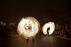 Młodzi ludzie wykonują pożarniczego widowisko przy nocą dla widowni Fotografia Royalty Free