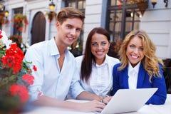 Młodzi ludzie z laptopem Obraz Royalty Free