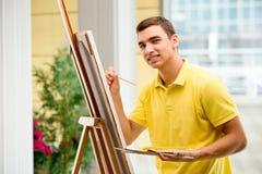 Młodzi męscy artysty rysunku obrazki w jaskrawym studiu Fotografia Royalty Free