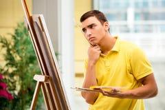 Młodzi męscy artysty rysunku obrazki w jaskrawym studiu Obrazy Stock