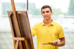 Młodzi męscy artysty rysunku obrazki w jaskrawym studiu Zdjęcia Royalty Free