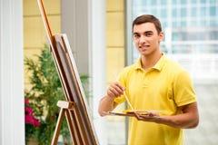 Młodzi męscy artysty rysunku obrazki w jaskrawym studiu Obrazy Royalty Free