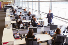 Młodzi męscy kierownika adresowania pracownicy w otwartym planu biurze Obraz Stock