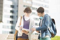 Młodzi męscy studenci collegu studiuje przy kampusem Obraz Stock