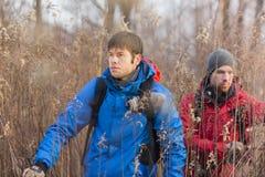 Młodzi męscy wycieczkowicze chodzi przez pola Obrazy Royalty Free