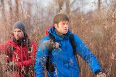 Młodzi męscy wycieczkowicze chodzi przez pola Obraz Royalty Free
