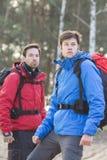 Młodzi męscy wycieczkowicze w lesie Zdjęcia Stock