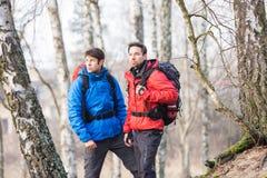 Młodzi męscy wycieczkowicze w lesie Obrazy Royalty Free