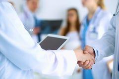 Młodzi medyczni ludzie handshaking przy biurem Fotografia Stock