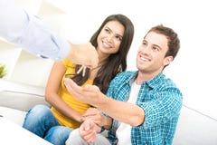 Młodzi międzyrasowi pary dostawania klucze od agenta nieruchomości Zdjęcie Stock