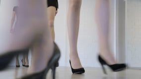 Młodzi modele powtórkę w taniec klasie przed pokazem mody zdjęcie wideo