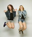 młodzi modniś dziewczyn najlepsi przyjaciele skaczą Zdjęcia Royalty Free