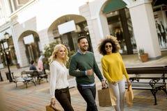 Młodzi multiracial ludzie w zakupy obrazy royalty free