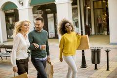 młodzi multiracial przyjaciele robi zakupy w centrum handlowym wpólnie zdjęcie royalty free