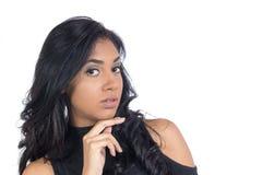 Młodzi murzynek spojrzenia podejrzliwie wzór czarnej kobiety nosić Obraz Stock