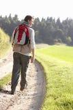 młodzi parkowi mężczyzna spacery zdjęcia stock