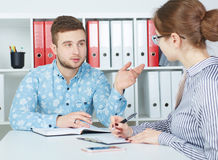 Młodzi partnery biznesowi dyskutuje pomysły dla rozpoczęcia przy spotkaniem Zdjęcie Stock