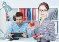 Młodzi partnery biznesowi dyskutuje pomysły dla rozpoczęcia przy spotkaniem Piękna biznesowa kobieta trzyma filiżankę kawy obrazy royalty free