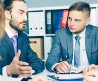 Młodzi partnery biznesowi dyskutuje pomysły dla rozpoczęcia przy spotkaniem Poważny biznesu i partnerstwa pojęcie obraz stock