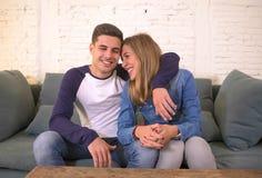 Młodzi piękni para nastolatkowie, 20s romantyczna dziewczyna lub chłopak w miłości uśmiecha się szczęśliwy cuddling na domowej ka zdjęcia royalty free