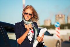 młodzi pieniężni bizneswomanów raporty Obraz Royalty Free