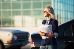 młodzi pieniężni bizneswomanów raporty Zdjęcia Stock