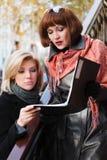 młodzi pieniężni bizneswomanów raporty Obraz Stock