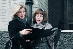 młodzi pieniężni bizneswomanów raporty Fotografia Stock