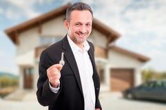 Młodzi pośrednik handlu nieruchomościami ofiary domu klucze Fotografia Stock