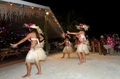 Młodzi Polinezyjscy Pacyficznej wyspy kobiety Tahitańscy tancerze Zdjęcie Stock