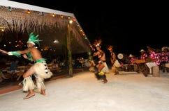 Młodzi Polinezyjscy Pacyficznej wyspy mężczyzna Tahitańscy tancerze Obrazy Royalty Free