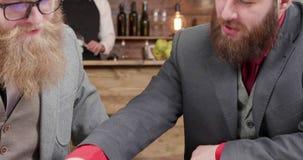 Młodzi pomyślni biznesmeni porównuje statystyki ich firmy zbiory wideo