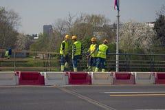 Młodzi pracownicy budowlani z pneumatycznym młotem zdjęcia stock