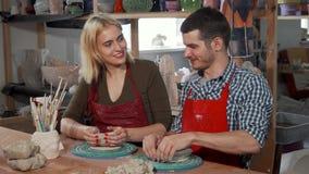 Młodzi przedsiębiorcy pracuje przy ich ceramics sklepem zbiory