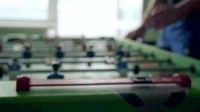 Młodzi przyjaciele lub ucznie ma zabawę wpólnie zdjęcie wideo