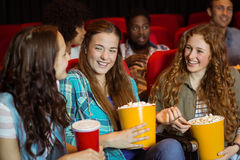 Młodzi przyjaciele ogląda film Zdjęcie Stock