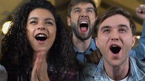 Młodzi przyjaciele ogląda grę w piwnym pubie, świętuje faworyta drużynowego zwycięstwo zbiory wideo