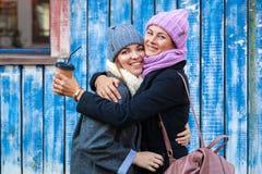 Młodzi przyjaciele w trykotowym kapeluszu zdjęcia stock