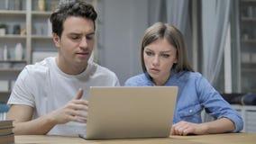 Młodzi Przypadkowi projektanci Reaguje strata projekt na laptopie zbiory