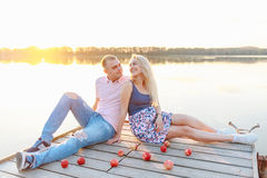 Młodzi przyszłościowi rodzice relaksują w naturze Fotografia Stock