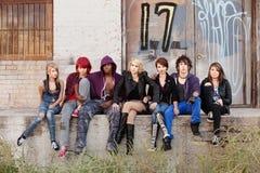 Młodzi punkowi wiek dojrzewania poważna przyglądająca grupa Zdjęcia Royalty Free