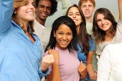młodzi różnorodni z podnieceniem grupowi szczęśliwi ludzie fotografia royalty free