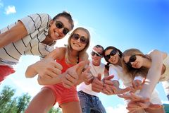 młodzi radośni ludzie Zdjęcia Royalty Free