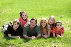 młodzi rodzinni córek słońca Zdjęcia Royalty Free