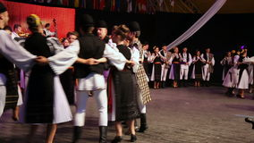 Młodzi Rumuńscy tancerze w tradycyjnym kostiumu zdjęcie wideo